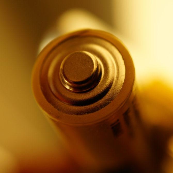 ¿Cómo utilizar una lámpara de mano con una pila cuadrada?