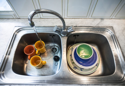 Platos lavándose