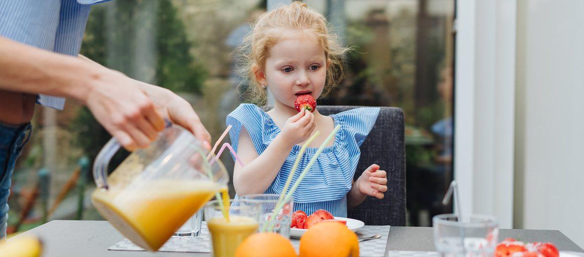 Niña comiendo fresa