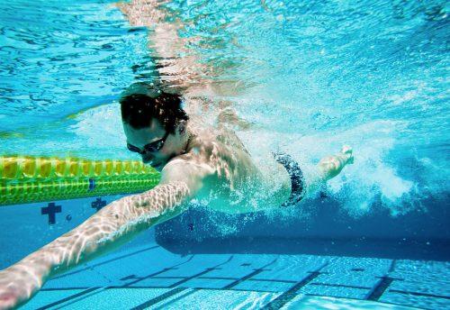 Nadar, un ejercicio muy completo y de bajo impacto